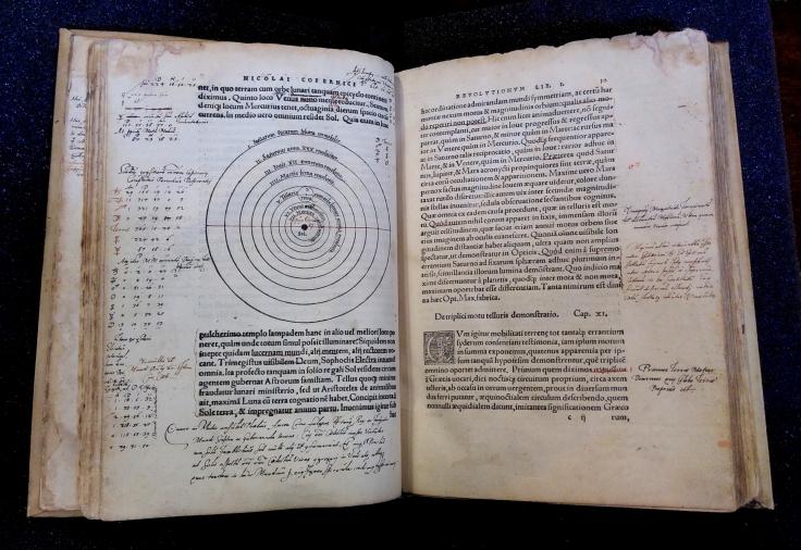 Nicolas_Copernic,_Nicolai_Copernici_Torinensis_De_revolutionibus_orbium_coelestium,_libri_IV,_Nuremberg,_Iohannes_Petreius,_1543_(double_page,_annotations_et_corrections)